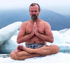 Wim Hof, assis en tailleur dans la neige